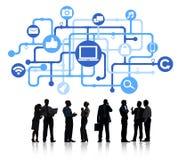 Schattenbilder von den arbeitenden Geschäftsleuten und von Internet-Konzepten Stockfotos