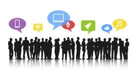 Schattenbilder von den arbeitenden Geschäftsleuten und von Social Media-Konzepten Stockbild