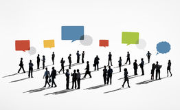 Schattenbilder von den arbeitenden Geschäftsleuten und von Sprache-Blasen oben Lizenzfreie Stockbilder