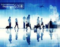 Schattenbilder von den Geschäftsleuten, die in einen Flughafen gehen Stockbild