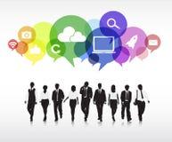 Schattenbilder von den Geschäftsleuten, die mit mehrfarbigen Sprache-Blasen gehen Lizenzfreie Stockfotografie