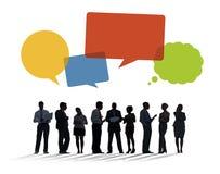 Schattenbilder von den Geschäftsleuten, die mit Sprache-Blasen sich besprechen Lizenzfreie Stockfotos