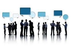 Schattenbilder von den Geschäftsleuten, die mit Sprache-Blasen sich besprechen Stockfoto