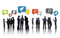 Schattenbilder von den Geschäftsleuten, die mit Sprache-Blasen sich besprechen Lizenzfreies Stockbild