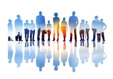 Schattenbilder von den Geschäftsleuten, die oben in einem Stadtbild schauen Stockfoto