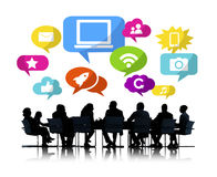 Schattenbilder von den Geschäftsleuten, die Social Media besprechen Lizenzfreie Stockfotos