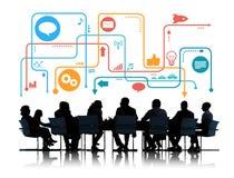 Schattenbilder von den Geschäftsleuten, die Social Media-Symbole treffen Stockfoto