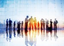 Schattenbilder von den Geschäftsleuten, die sich draußen besprechen Lizenzfreie Stockfotos