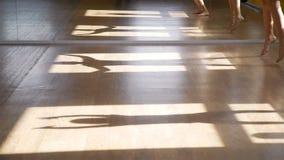 Schattenbilder von den Kindern, die Übungen in einer Turnhalle tun stock footage