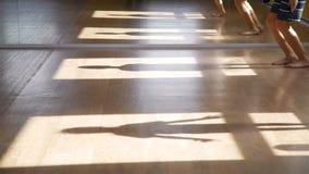 Schattenbilder von den Kindern, die gymnastische Übungen tun stock footage