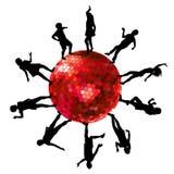 Schattenbilder von den Leuten, die auf einen Discoball tanzen Lizenzfreie Stockfotos