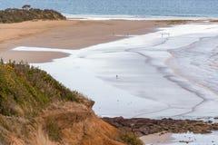 Schattenbilder von den Leuten, die auf einen Strand gehen Lizenzfreies Stockfoto