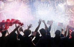 Schattenbilder von den Leuten, welche die Flagge der USA halten lizenzfreie stockfotografie