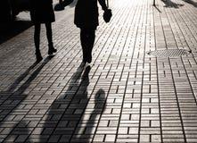 Schattenbilder von den Leuten, welche die Straßen von einer Großstadt gehen stockbild