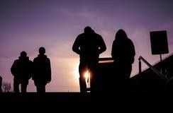 Schattenbilder von den Leuten, welche die Straßen von einer Großstadt gehen lizenzfreie stockfotografie