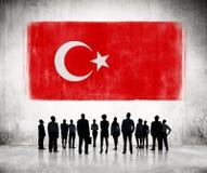 Schattenbilder von den Leuten, welche die türkische Flagge betrachten Stockbild