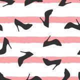 Schattenbilder von den Schuhen zerstreut auf gestreiften Hintergrund Nahtloses Muster für Frauen Lizenzfreie Stockfotos