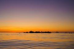 Schattenbilder von den Seemöwen und von zwei Leuten in einem Boot die SU aufpassend Lizenzfreie Stockfotografie