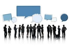 Schattenbilder von den sprechenden Leuten und von Sprache-Blasen Stockbilder