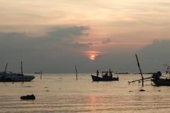 Schattenbilder von Fischerbooten am Sonnenunterganghintergrund Stockfotos