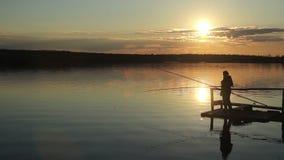 Schattenbilder von Fischern bei Sonnenuntergang der Sonne stock video