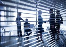 Schattenbilder von Geschäftsleuten durch die Vorhänge Stockbilder