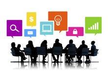 Schattenbilder von Geschäftsleuten in einer Sitzung und in den Internet-Symbolen Lizenzfreie Stockbilder