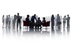 Schattenbilder von Geschäftsleuten mit verschiedenen Tätigkeiten Stockfoto