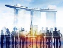 Schattenbilder von Geschäftsleuten und von Marina Bay stockfoto