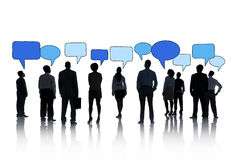 Schattenbilder von Geschäftsleuten und von Sprache-Blasen Stockfotos