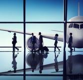 Schattenbilder von Geschäftsleuten im Flughafen Stockfotografie