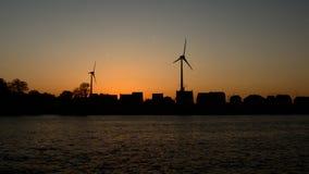 Schattenbilder von Häusern, von Windmühlen und von Bäumen am letzten Abend beleuchten Lizenzfreie Stockbilder