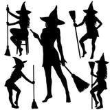 Schattenbilder von Halloween-Hexe stehend mit Besenstiel Lizenzfreie Stockfotos