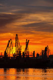 Schattenbilder von Kränen und von Frachtschiffen im Hafen Lizenzfreies Stockbild