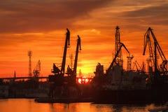 Schattenbilder von Kränen und von Schiffen im Hafen von Varna Lizenzfreie Stockfotografie
