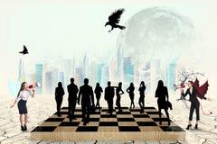 Schattenbilder von Leuten auf dem Schachbrett Stockbild