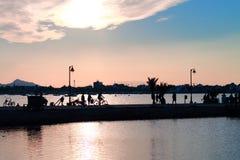 Schattenbilder von Leuten auf der Promenade Stockfoto