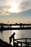 Schattenbilder von Leuten bei Sonnenuntergang Lizenzfreies Stockbild