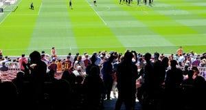 Schattenbilder von Leuten am Camp Nou -Stadion vor dem La Liga passen zwischen FC Barcelona und Getafe CF am 3. Mai 2014 in Barc  Lizenzfreie Stockfotos