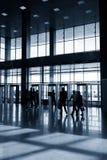 Schattenbilder von Leuten in der modernen Halle Stockfoto
