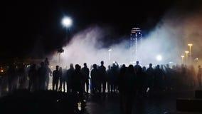 Schattenbilder von Leuten in der Nacht eine Menge stock video footage