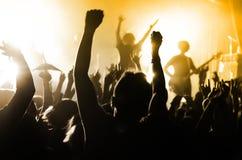 Schattenbilder von Leuten an einem Konzert lizenzfreies stockbild