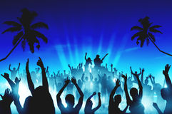 Schattenbilder von Leuten in einem Konzert im Freien Stockbilder