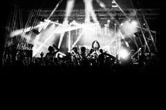 Schattenbilder von Leuten an einem Konzert vor der Szene im hellen Licht Rebecca 6 lizenzfreie stockfotografie