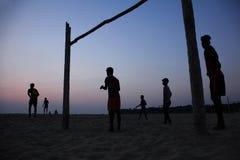 Schattenbilder von Leuten spielen Fußball im Strand lizenzfreie stockfotografie