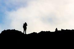 Schattenbilder von Männern auf dem Ätna Stockfoto