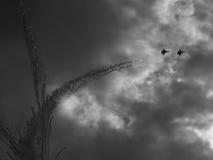 Schattenbilder von Militärflugzeugen gegen Stockbild
