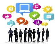 Schattenbilder von multiethnischen Geschäftsleuten mit Social Media Sym lizenzfreie abbildung