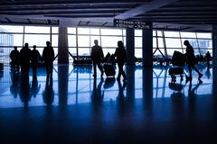 Schattenbilder von Passagieren in einem asiatischen Flughafen Stockfoto