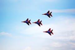 Schattenbilder von russischen Kampfflugzeugen im Himmel Stockbild